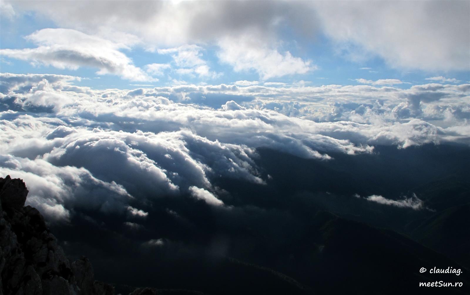 mare de nori peste padure